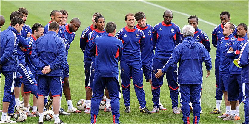 KLARE FOR TRENING: Det franske laget var samlet foran treningen mandag formiddag. Dermed er streiken avblåst - dagen før kampen mot Sør-Afrika. Foto: AFP