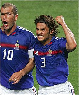 RASENDE: Bixente Lizarazu (t.h.) har lite til overs for det som skjer blant etterfølgerne hans på det franske landslaget. Her feirer han en scoring mot England i EM for seks år siden sammen Zinedine Zidane. Foto: Reuters