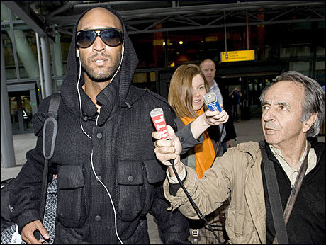 HJEMME I LONDON: Nicolas Anelka landet på Heathrow flyplass i dag tidlig. Foto: AP