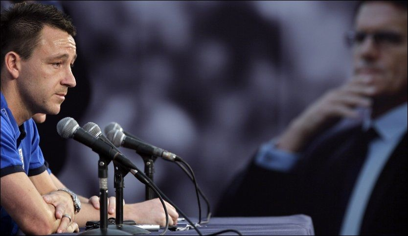 I SKUDDLINJEN: John Terry ga ut innside-informasjon fra et spillermøte til pressen søndag. Det skal ikke ha falt i god jord i resten av troppen. Foto: AP