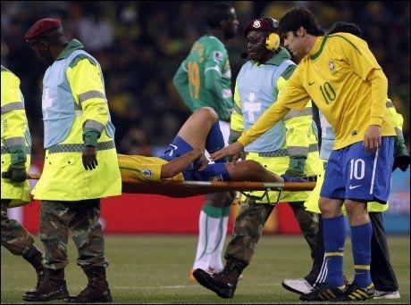 OPPTUR: Kaka (t.h.) må sone karantene, men Elano kan reise seg fra båren og være klar til neste VM-kamp i Sør-Afrika. Foto: AP