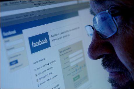 POPULÆRT: Facebook er mye brukt av både unge og gamle.