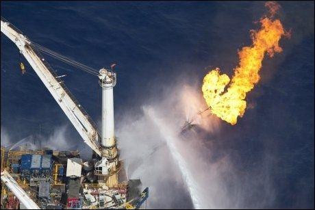 OVERFLATEN: På overflaten jobbes det på spreng for å samle opp mest mulig olje. Foto: Greenpeace