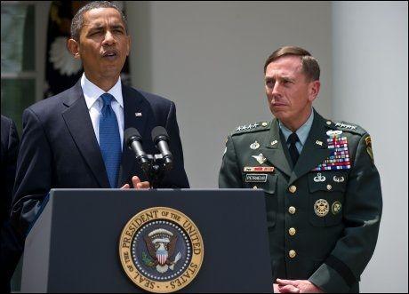- DET ENESTE RETTE: President Barack Obama mener det var det riktig å gi Stanley McChrystal fyken med tanke på landet og oppdraget i Afghanistan. Her står presidenten sammen med USAs nye Afghanistan-toppsjef, general David Petraeus. Foto: AFP