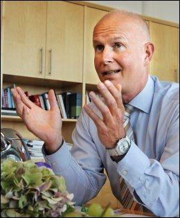 - FORBANNET: Helsedirektør Bjørn Guldvog ble forbannet da han hørte at Liv Løberg hadde jukset med CV-en. Nå har han fått enda en sak på bordet. Foto: Jan Petter Lynau