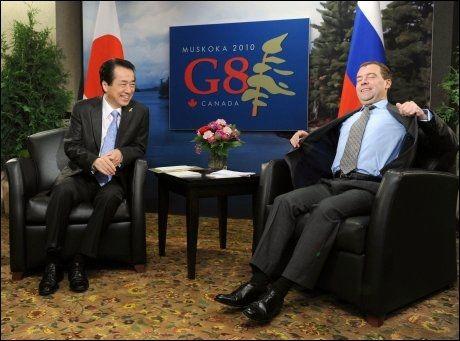 STREKKER SEG: Russlands president Dimitrij Medvedev strekker seg i stolen under samtaler med Japans statsminister Naoto Kan. Foto: AFP