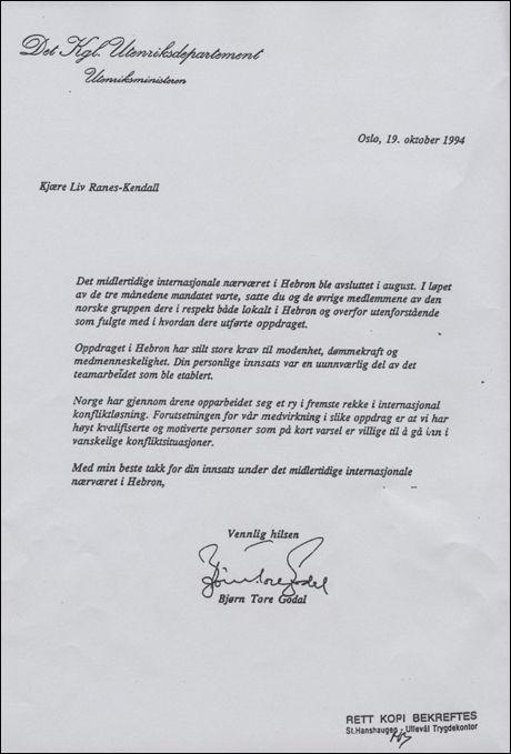 TAKKET: Her er brevet daværende utenriksminister Bjørn Tore Godal skrev til Liv Løberg, som da het Liv Ranes Kendal, der hun blir roset for innsatsen i en norsk delegasjon. Foto: