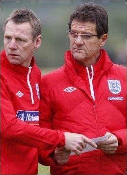HAR PLANEN KLAR: Stuart Pearce, her sammen med landslagssjef Fabio Capello. Foto: Reuters