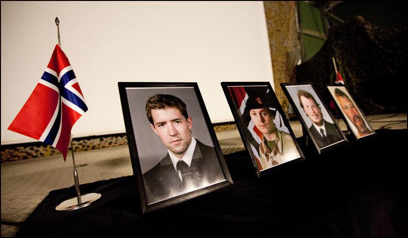 DREPT: De fire falne soldatene ble hedret under en minnestund i Afghanistan i går. Fra venstre fenrik Simen Tokle, kvartermester Andreas Eldjarn, løytnant Christian Lian og orlogskaptein Trond Bolle. Foto: Lars Magne Hovtun /Forsvaret