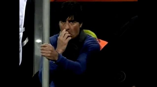 BUSEMANN: Joachim Löw synes å være den mest kroppsfikserte treneren i årets VM. Foto: