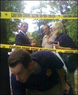 PÅGREPET: Agenter fra FBI ranssaker huset der to personer, mistenkt for å være russiske spioner, ble pågrepet. Foto: AP