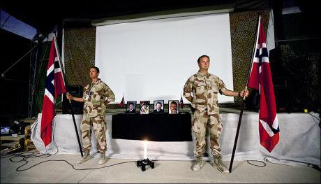 MINNES DE DREPTE: Her holder norske soldater minnestund for de døde soldatene i brief-teltet i Camp Nidaros i Mazar-e Sharif på mandag. Foto: Lars Magne Hovtun/Forsvaret