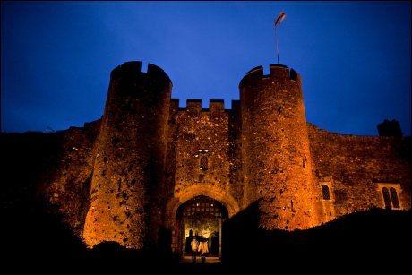 RUVENDE: Inngangsporten på Amberley Castle. Foto: FREDRIK SOLSTAD / VG