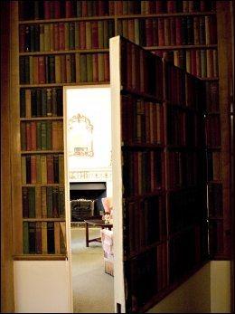 HEMMELIGHET: I biblioteket på Amberley Castle har de en dør som er skjult som bokhylle. Foto: FREDRIK SOLSTAD