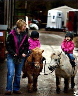 RIDETUR: Sarah Angelica er ute på tur med barna Holly og Hannah. Foto: FREDRIK SOLSTAD