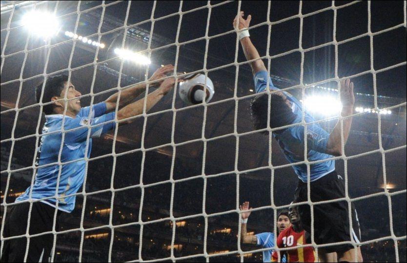REDNINGEN: Her slår Luis Suarez ballen vekk fra streken og bidrar til å sikre Uruguay plass i semifinalen. Suarez stod i fare for å få forlenget straff fra FIFA for hendelsen. Foto: AFP Foto: