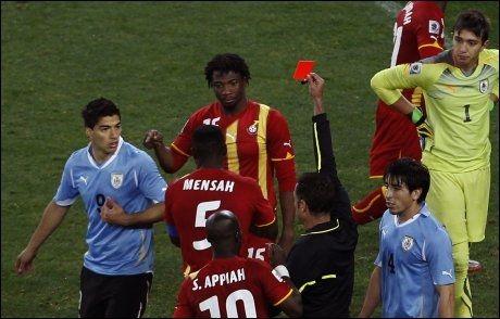 UTVIST: Luis Suarez fikk se det røde kortet og mister semifinalen. Foto: AP