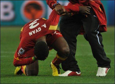 UTRØSTELIG: Asamoah Gyan var langt nede etter kampen. Foto: AFP