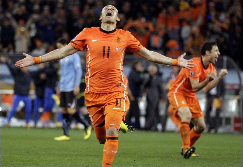 FINALEKLARE: Arjen Robben jubler for 3-1-scoringen mot Uruguay. I bakgrunnen viser Mark van Bommel hva han føler. Foto: AP