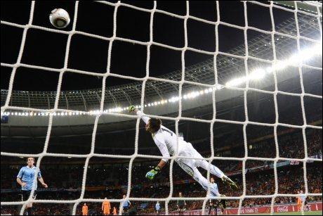 PERLEMÅL! Veteranen van Bronckhorst feide ballen i krysset i semifinalen. Keeper Muslera nådde aldri bort. Foto: AFP