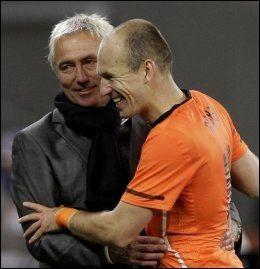 FEIRET: Trener Bert van Marwijk var raskt borte hos Arjen Robben etter kampslutt. Foto: AP
