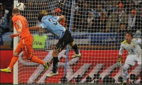 SCORET MED HODET: Her viser Arjen Robben at han er farlig også med hodet. Foto: AFP