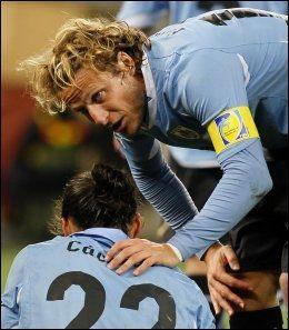 SKUFFET: Deigo Forlan scoret nok et mål, men måtte trøste lagkameratene etter nederlaget. Foto: AP
