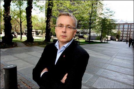 AVVISER KRITIKK: Justisminister Knut Storberget sier avviser at forholdene ved ventemottakene er uforsvarlige. Foto: ROGER NEUMANN Foto: