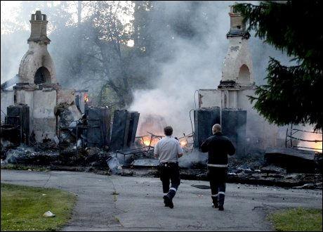 BRANT NED: Sovebrakkene på Lier ventemottak brant helt ned til grunnen. Foto: ROGER NEUMANN