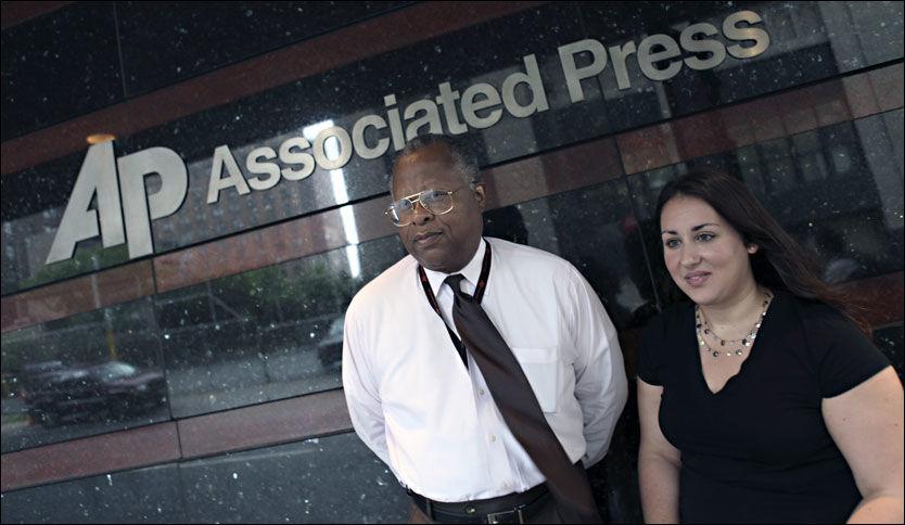 HADDE NYHETEN: Nyhetsbyrået Associated Press (AP) var først ut med nyheten om terrornettverket al-Qaidas forgreininger til Norge. Her er Jack Stokes og Nicole Timme fra byråets informasjonsavdeling utenfor hovedkontoret i New York. Foto: Thomas Nilsson