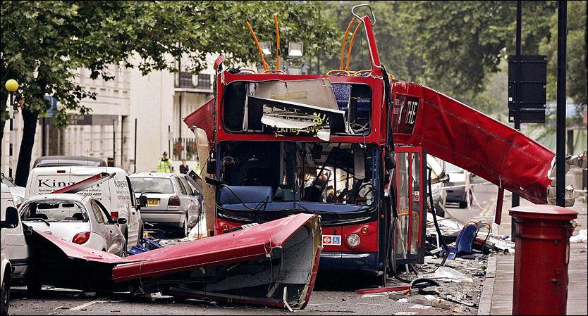 ENKEL BOMBE: Skadene på denne bussen er utført med en peroksid-bomber, også kalt «satans mor». Terrorangrepet i London i 2005 tok 52 menneskeliv. De tre mennene som planla terrorangrep i Norge skal ha forsøkt å lage samme type bombe. Foto: PA
