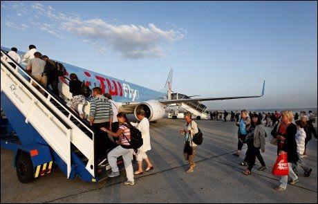 FULLE FLY: Sjelden har vi sett så mange unge passasjerer på et charterfly. Foto: NILS BJÅLAND / VG