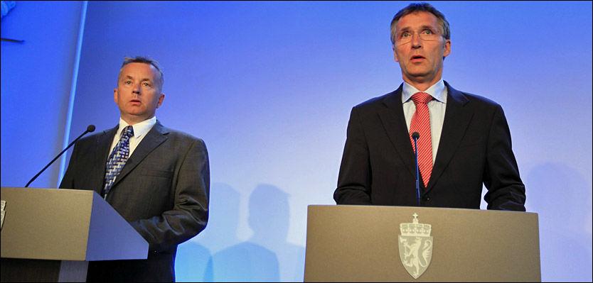 - IKKE VÆR REDD: Justisminister Knut Storberget og statsminister Jens Stoltenberg var opptatt av å berolige befolkningen da de møtte pressen torsdag ettermiddag. Foto: Scanpix