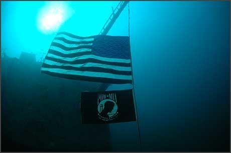 US ORISKANY: Det amerikanske hangarskipet «USS Oriskany» som ble senket utenfor Florida i mai 2006 for å skape et kunstig rev. Året etter hedret dykkere skipet ved å montere det amerikanske flagget ved skroget. Foto: Jim Meyers/AP/Scanpix