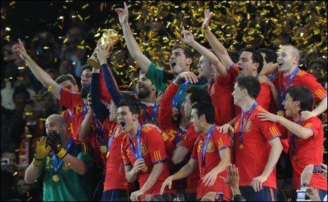 FEIRET: De spanske spillerne kunne feire VM-gull for første gang i historien. Foto: AFP