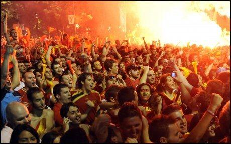 VILL JUBEL: Spanske supportere tok helt av i Madrid etter finaleseieren. Foto: AFP