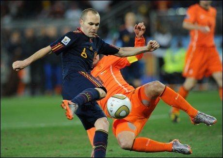 HER SKJER DET: Andres Iniesta vipper opp ballen og banker inn vinnermålet i VM-finalen. Foto: Scanpix