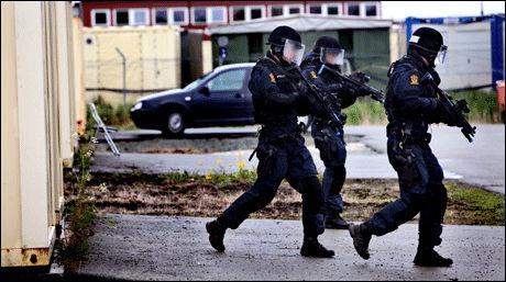 TØFF TRENING: Medlemmene av beredskapstroppen må gjennom tøff trening. Her på en øvelse med Forsvaret i 2009. Foto: Lars Magne Hovtun, Forsvaret