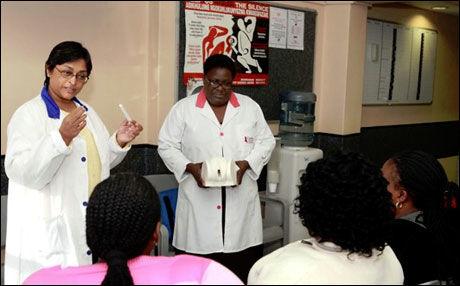 UNDERVISER: Dr. Abdool Karim forklarer hvordan man bruker kremen. Foto: CAPRISA