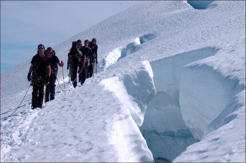 AKTIV I SOMMER: På vei til Skålatårnet må man gå over bre. Foto: JON LANGELAND/DNT