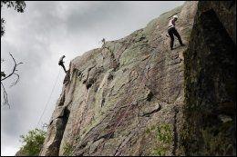 PÅ RETT KURS: I sommer arrangeres klatrekurs for nybegynnere og mer erfarne. Her fra Kolsåstoppen. Foto: MAGNAR KIRKNES.