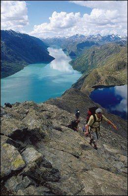 PÅ EGGEN: Besseggen i Jotunheimen står på manges ønskeliste for opplevelser i sommer. Foto: FINN HAGEN/DNT.