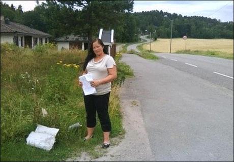 I FEIL HENDER: Stine Elizabeth må nesten daglig plukke papir fra tomten sin hjemme i Tønsberg. Noen ganger finner hun mer konfidensielle ting enn hun skulle ønske. Foto: Privat