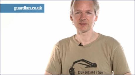 NORSK SLAGORD: Wikileaks grunnlegger Julian Assange holdt foredrag på SKUP-konferansen i Tønsberg i april i år. Mandag hadde han på seg t-skjorten fra konferansen da han forsvarte publiseringen av de hemmelige krigsdokumentene i et intervju med The Guardian. Foto: Skjermdump med tillatelse fra The Guardian