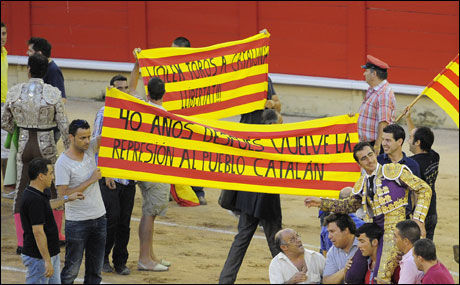 PROTESTERER: Spanjoler protesterer mot et mulig forbud mot tyrefekting, som kan bli vedtatt onsdag denne uken. Foto: AP