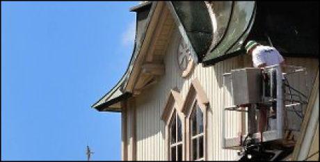 ARBEIDER PÅ KIRKEN: Skotfoss kirke skal males, og det har kostet svaleunger livet. Foto: Knut Sannerholt