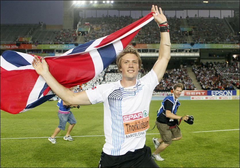 MESTERLIG!: Andreas Thorkildsen poserer med det norske flagget på EM-stadion i Barcelona. Foto: Cornelius Poppe / Scanpix