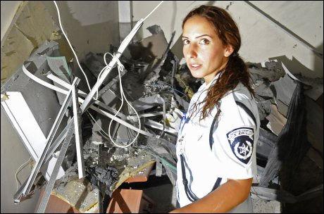INGEN SKADDE: En israelsk politikvinne undersøker stedet i Sderot der en rakett slo ned. Foto: AFP