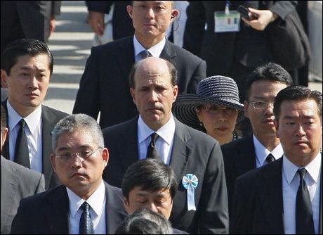 MINNESTUND: USAs ambassadør i Japan, John Roos (i midten), var blant deltagerne under en seremoni i Hiroshima. Foto: AP