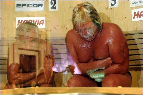 FINALEN: Vladimir Ladyzhenskiy og Timo Kaukonen under finalen av sauna-VM. Russeren omkom. Foto: AFP